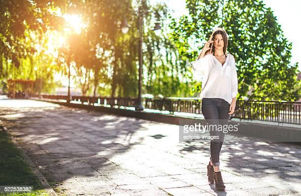 Jeune femme parlant avec son smartphone dans la rue