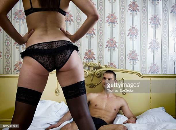 Jeune femme séduisante avec les jambes évasé son homme
