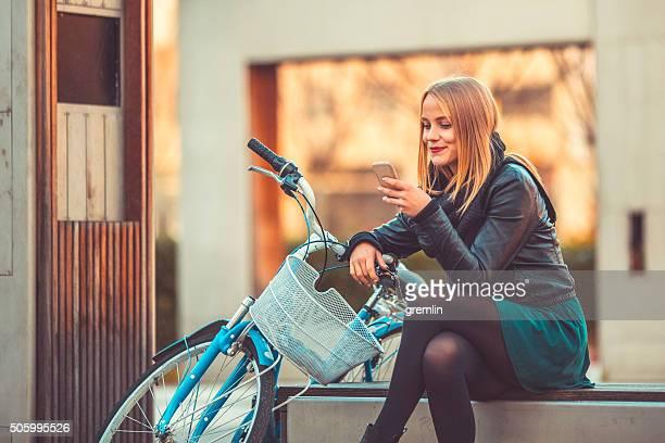Giovane donna messaggi di testo in città