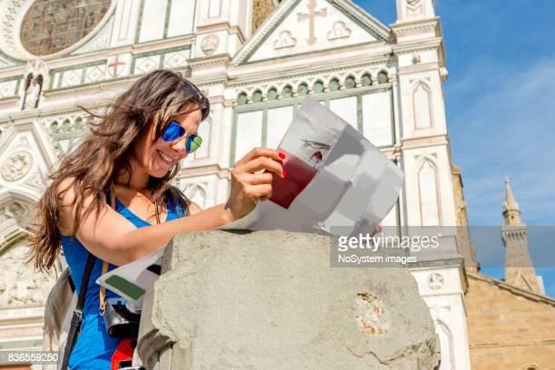 Turismo joven con el mapa de Florencia.