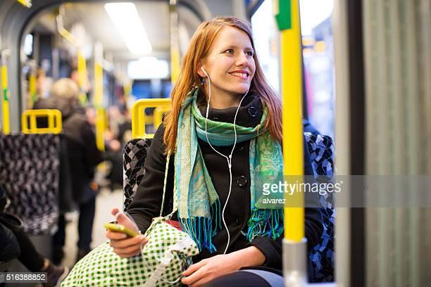 Jeune femme voyageant en métro