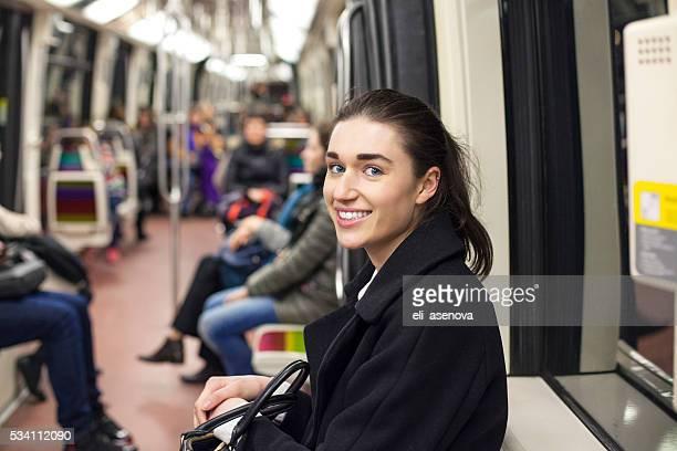 Junge Frau Reisen Sie in einen Zug der Pariser U-Bahn