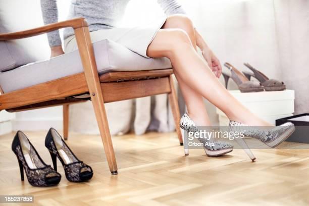 Jeune femme essayer des chaussures