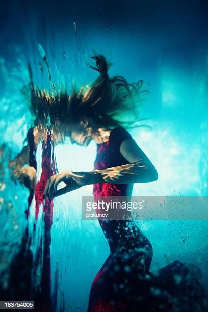 Jeune femme sous-marine