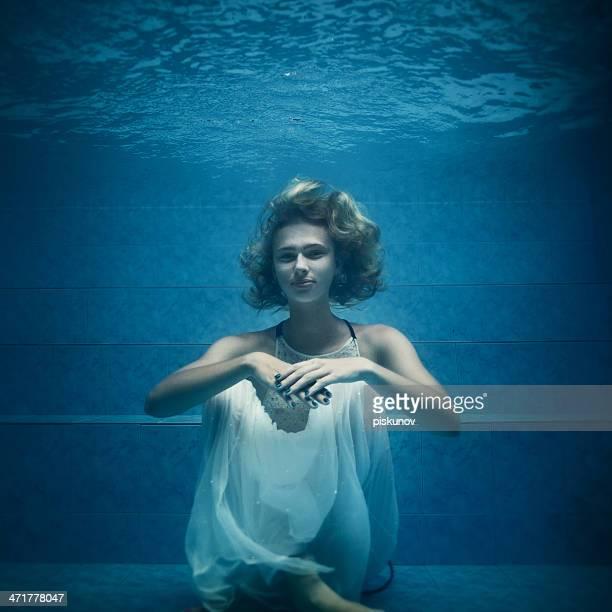 portrait de jeune femme sous-marine