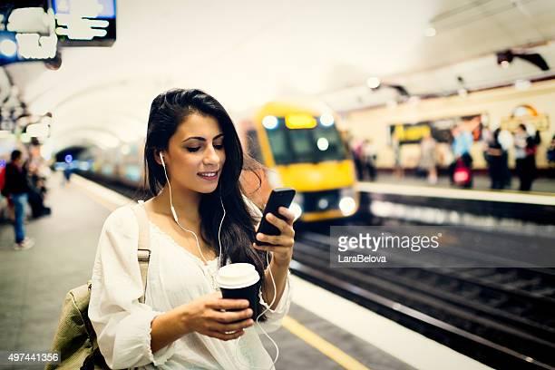 Jeune femme à l'aide d'un téléphone, de la gare ferroviaire de Sydney