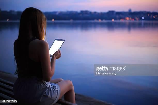 Mujer joven usando tableta digital