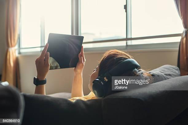 Jeune femme à l'aide de Tablette numérique
