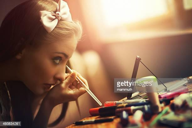 アイライナーを使用して若い女性