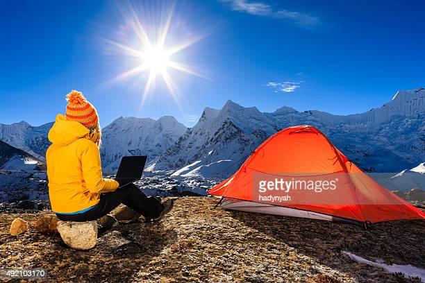 Jeune femme à l'aide d'ordinateur portable dans l'Himalaya, Népal