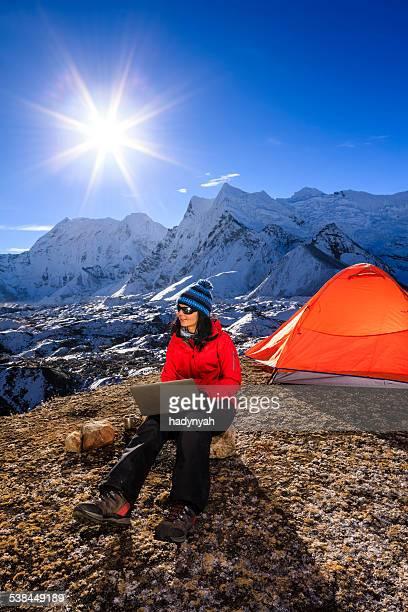 Junge Frau mit laptop im Himalaya, Nepal