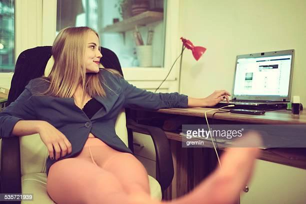 Mujer joven usando una computadora portátil, redes sociales, a internet de alta velocidad
