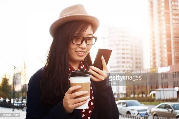 Jovem mulher com Telefone Inteligente