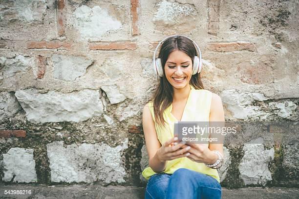 スマートフォンを使用している若い女性