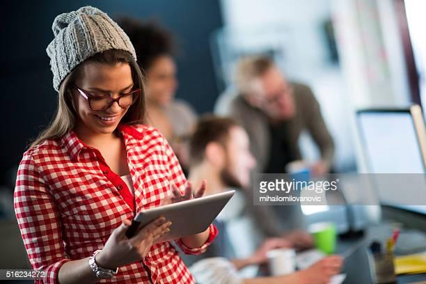 Jeune femme à l'aide d'une tablette
