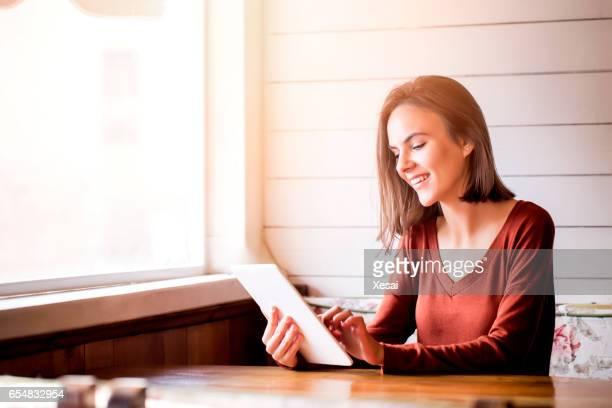Jonge vrouw met behulp van Tablet PC