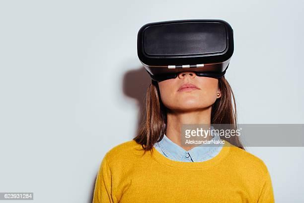 Junge Frau benutzt virtuelle Realität Gläser