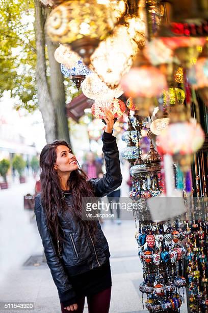 Jeune femme observation marché des produits
