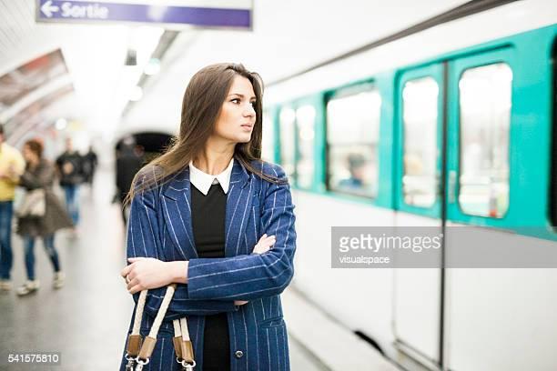 Jeune femme attendant le Entrainer dans le métro