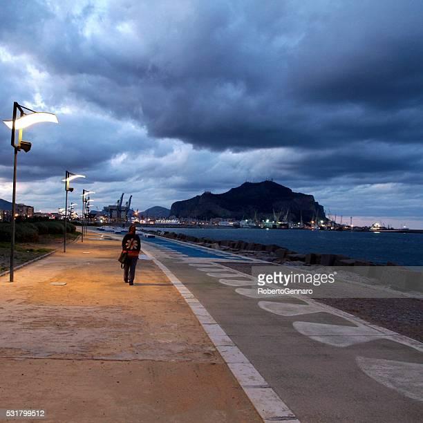 Giovane donna che cammina da solo nuvole nel cielo Palermo