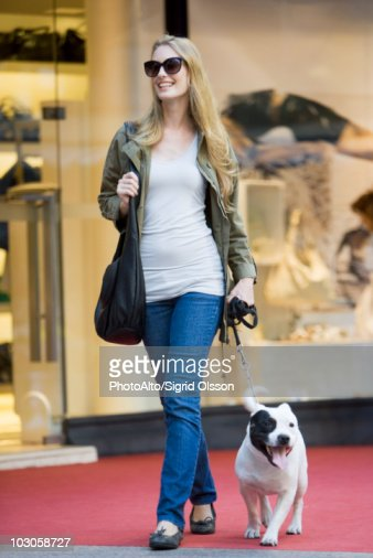 Young woman walking dog : Foto de stock