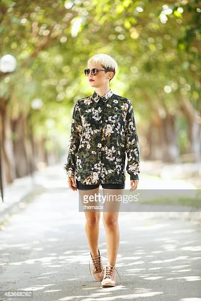 Jeune femme promenades dans la nature