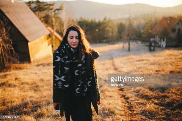Jeune femme qui marche dans la belle forêt en plein air