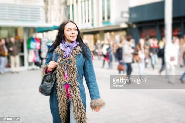 Junge Frau zu Fuß in die Stadt