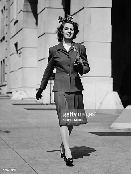 Junge Frau zu Fuß auf dem Gehweg, (B & W