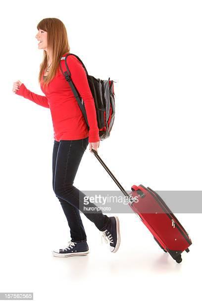 Jeune femme marchant avec Valise