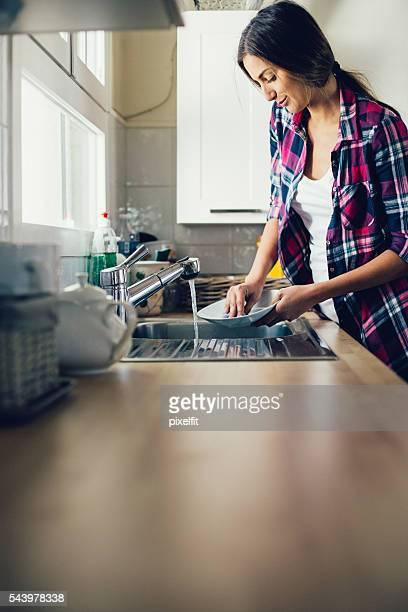 Jeune femme Faire la vaisselle