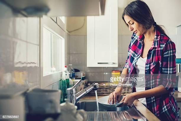 若い女性皿洗い