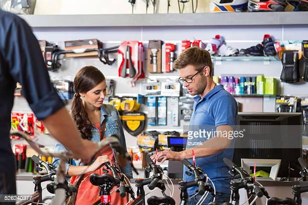 Junge Frau vor dem Fahrrad in der sport-Shop