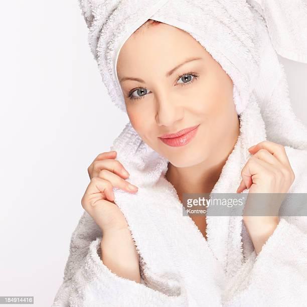バスローブを着ている若い女性