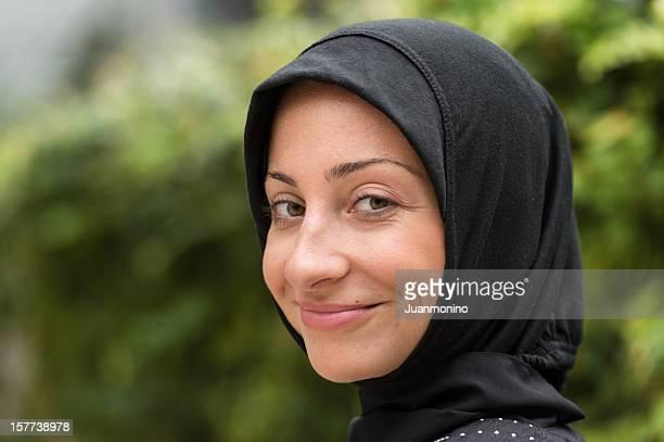 Junge Frau mit einem Kopftuch Lächeln