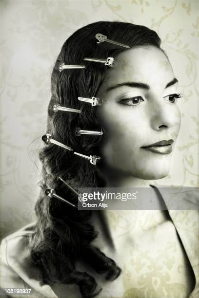 Giovane donna con i capelli di clip, nero e bianco