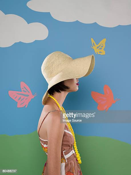 Giovane donna con cappello