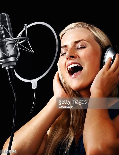 Junge Frau mit Kopfhörer und ein Lied singen