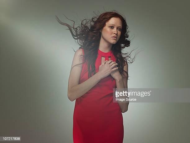 """Junge Frau tragen rote Kleid posieren als'Aphrodite"""", Porträt"""