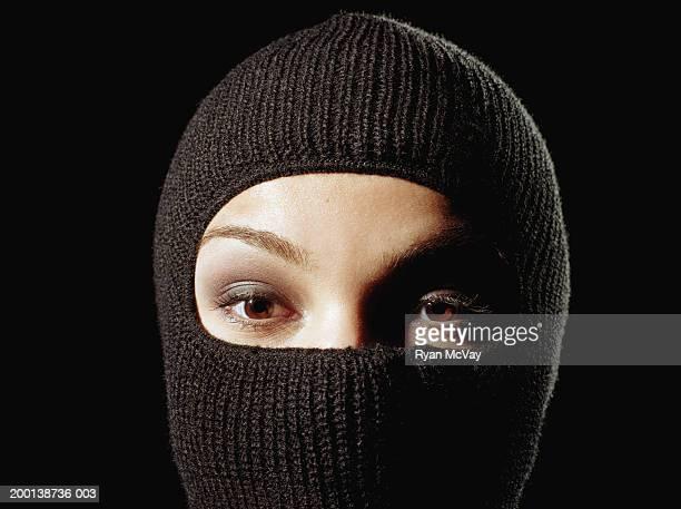 Jeune femme portant un masque de ski, à la section
