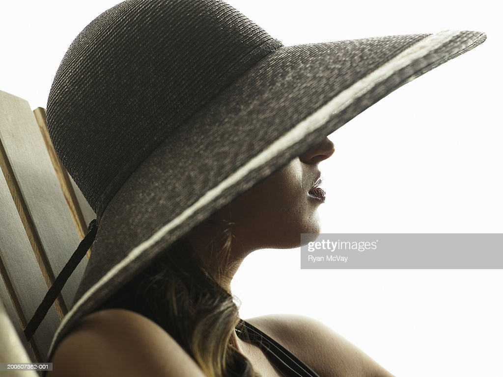 Young woman wearing sun hat, side view : Stock Photo