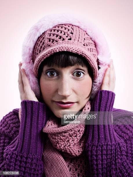 Jeune femme portant chapeau d'hiver et de cache-oreilles