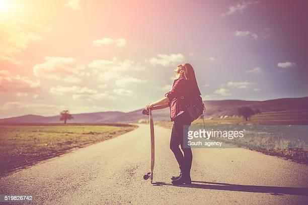 Junge Frau mit lonboard auf eine schöne Tag