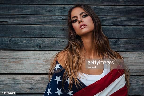 Jovem mulher com a bandeira americana.