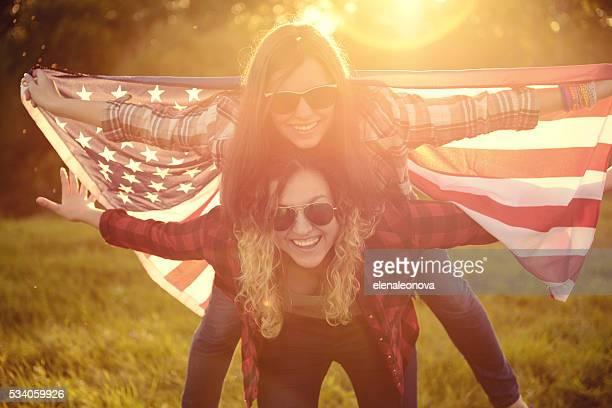 Jovem mulher com uma bandeira americana