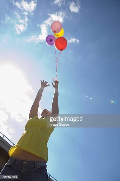 Jovem mulher com Balões