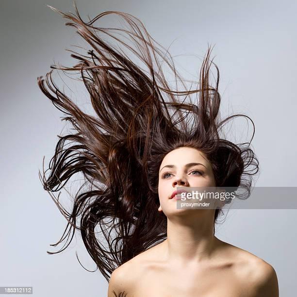 Junge Frau mit wunderschönen langen Haaren