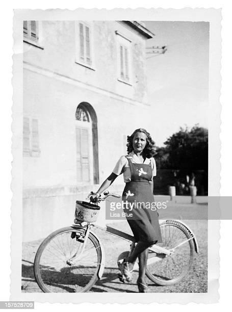 Junge Frau mit Fahrrad im 1935.Black und weiß