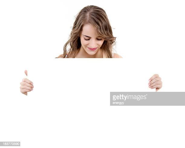 Junge Frau mit leeren Schild