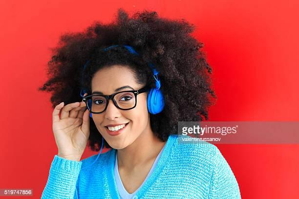 Bleu jeune femme avec casque et lunettes de vue musique